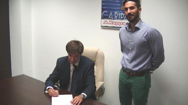 El Vicepresidente del CNA Nacho Chaves y el representante de Kappa Daniel González durante el acto de la firma en las oficinas de Kappa en Madrid